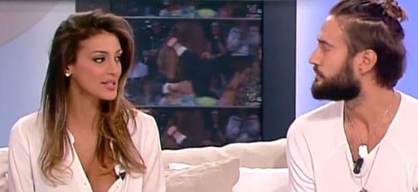 """Cristina Buccino, scollatura hot a Mattino Cinque: la Panicucci la """"riprende"""""""
