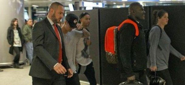 Justin Bieber sbarca a Roma: fan in delirio sui social network e... Sotto l'albergo [FOTO]