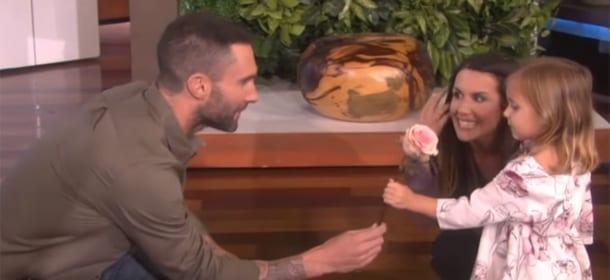 Adam Levine incontra la piccola fan Mila e lei... lo rifiuta [VIDEO]