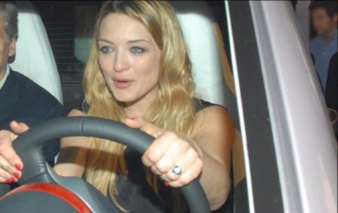 Carolina Crescentini, mangia un supplì mentre guida e viene multata