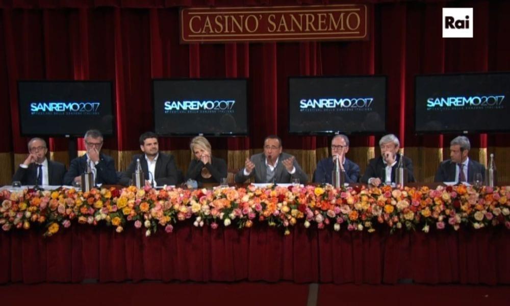 """Sanremo 2017, Maria De Filippi partecipa """"a titolo gratuito"""": ironia sul web"""