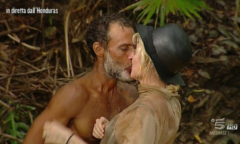 Raz Degan e Paola Barale, notte d'amore a L'Isola dei Famosi [VIDEO]