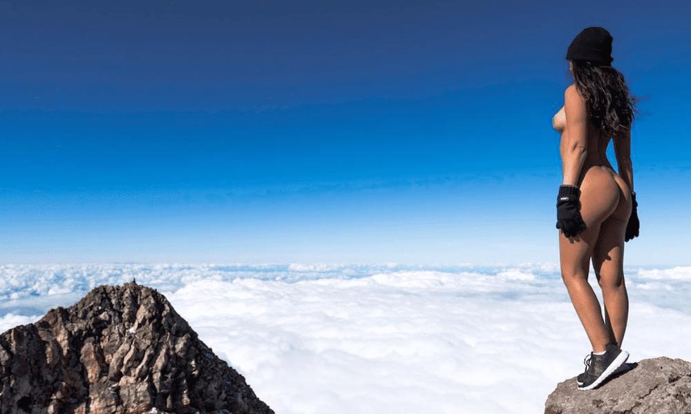Modella nuda sul vulcano: scoppia il caso mediatico