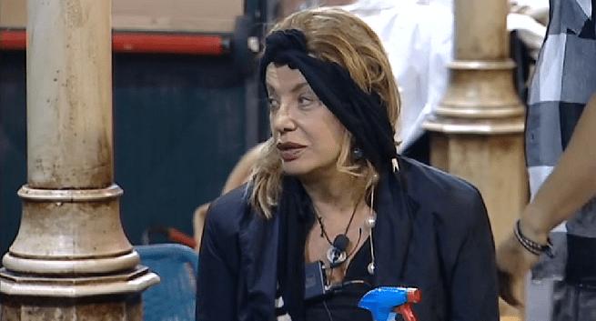 GF Vip: Giulia De Lellis copia Barbara D'Urso, il look-pigiama