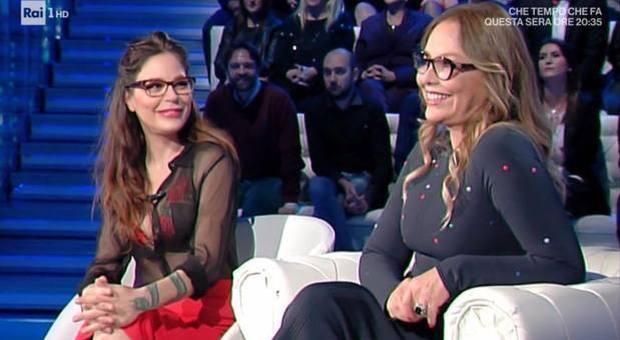 Naike Rivelli mezza nuda a Domenica In, scandalo con la mamma Ornella