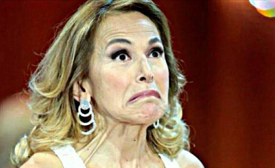 Barbara D'Urso scivolone in diretta tv a Domenica Live: gelo in studio [VIDEO]