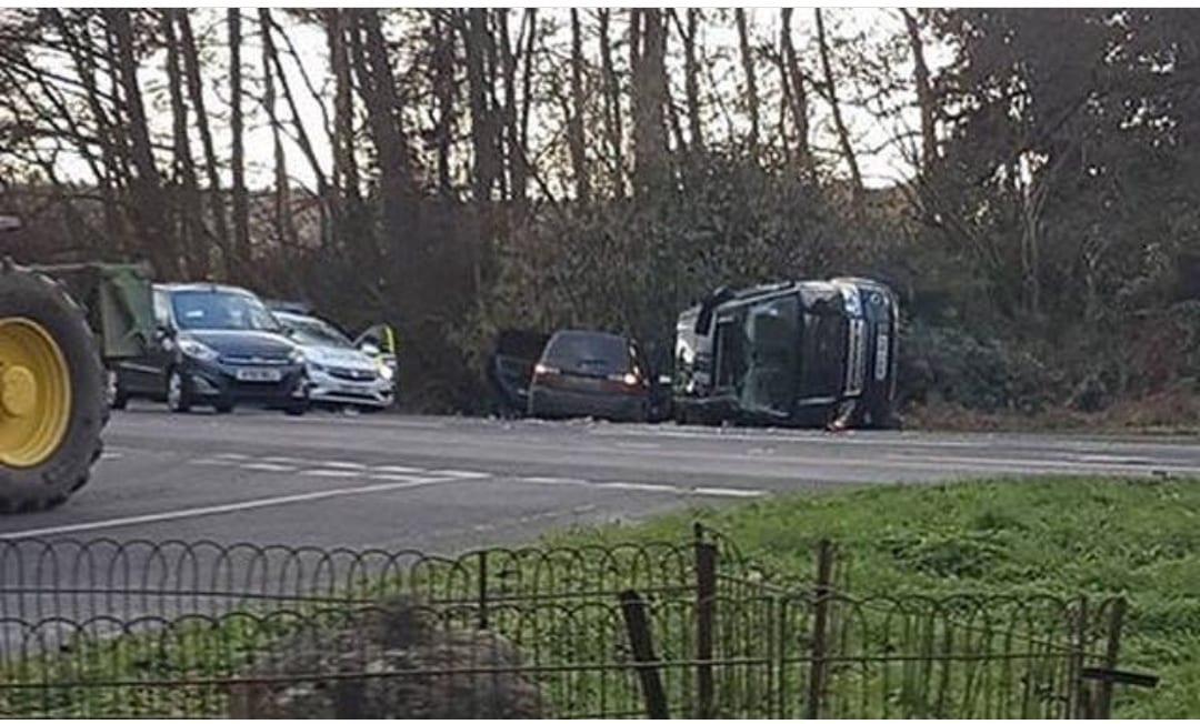 Incidente per il principe Filippo: l'auto si ribalta, lui è ferito