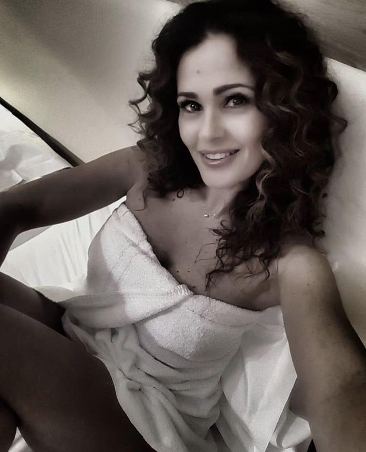 Samantha De Grenet scandalosa sui social: l'asciugamano si apre e si vede tutto, foto
