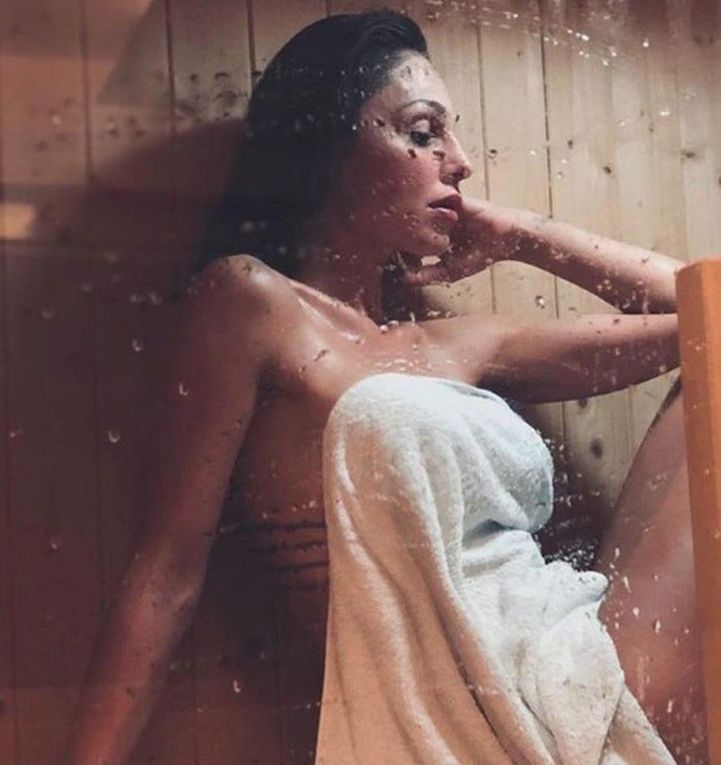 Anna Tatangelo nuda sotto la doccia: i fan vanno in tilt, foto