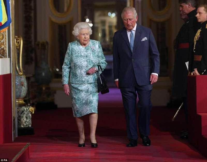 Regina Elisabetta, perchè non lascia il trono? Tutta colpa di Carlo