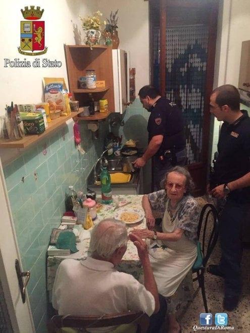 Poliziotti cucinano per anziani: la storia commuove il web