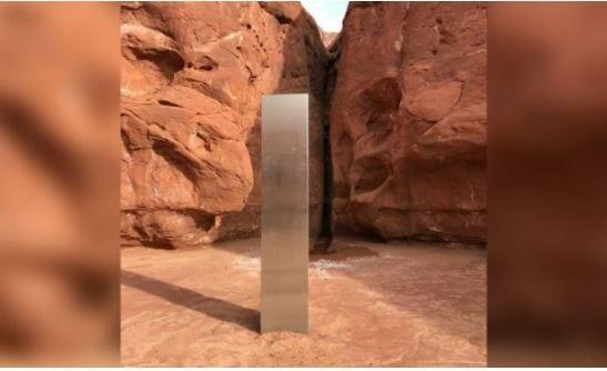 """Il mistero della colonna di ferro apparsa nel deserto: """"E' un messaggio degli alieni"""""""